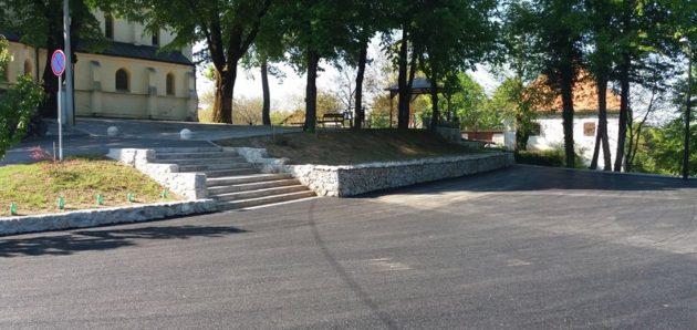 Završeno asfaltiranje cesta ispred crkve u Tounju i Kamenici